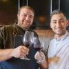Salvatore Vigliotta (a destra, giacca bianca) brinda con Rayn Denicola, chef nel gruppo Mozza. Foto di Luciano Furia