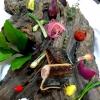 Pietro D'Agostino,La Capinera, Taormina (Messina)  Insalata di palamitacon patate schiacciate e verdurine all'Eoliana - Ecco, oggi mi esprimo così! E coloro di blu e argento ogni sapore e tutti i profumi di questa tavola.Vi presento l'equilibrata delizia del pesce azzurro di cui è ricco il nostro mare, la mia fantasia eil suo colore; contrasto e amore, delizia e virtù. Eppure il merito e tutto loro: delle verdure, della frutta da agricoltura biologica e dei pesci, così nobilmente vestiti blu sul dorso ed argentei sul ventre. E adesso con garbo e curiosità, deliziatevi di queste pesce, semplice e delicato, nutriente ed equilibrato
