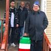 Ciao ciao Portland. Da sinistra Salvatore Vigliotta, Franco Pepe, Paolo Marchi e in primo piano Luciano Furia con un trolley a tutto tricolore italiano. Foto di Sara Minnick