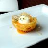 Nido di patate e uovo di quaglia al vapore, con riduzione di curry, latte di cocco e acqua di pomodoro