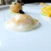 Il raviolo di gamberi è un classico della cucina cinese, «spesso è di produzione industriale, così noi per distinguerci intanto gli cambiamo la forma e poi lo realizziamo con una doppia sfoglia che deve quindi essere sottilissima», fatta con amido di frumento. Il ripieno è di gamberi, acqua di zenzero e cipollotto. Sullo sfondo, il raviolo tondo è il Bung fritto di anatra disidratata con pepe di Sichuan e zenzero