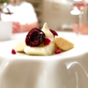 Mousse al cioccolato bianco, ciliegie, meringa bruciata, gelato di arachidi salate e wasabi