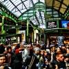 Un momento affollato alBorough Market, il più antico e popolare mercato londinese (fu eretto nel tredicesimo secolo). E' tra i posti del cuore della food writer Luciana Bianchi, perchè nelle sue pieghe nasconde infinite botteghe di cose buone, dai formaggi diNeal's Yard Dairyalle salsicce diGinger Pig