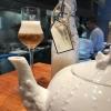 """Consommède garbanzos. Prima che cominci il menu degustazione, viene portata al tavolo una bottiglia di vetro contenente del brodo freddo di ceci (in alto a destra). Ventitrèpiatti dopo, alla fine del percorso """"salato"""", verràversato, in un bicchierino da grappa, del brodo caldo di jamon ibericoda una teiera. Sopra ancora, la schiuma del brodo di ceci. Un caldo-freddo speciale (foto @ticketsbar instagram)"""