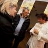Lo chef Cesare Battisti spiega ai clienti del mercato come si svolge l'iniziativa.