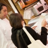 Luigi Taglienti aiuta a fare la spesa per il menu da lui consigliato