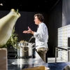 Giuseppe Zen, già mattatore assoluto dello street food regionale italiano con il suo Mangiari di Strada, da qualche mese ha conquistato il Mercato della Darsena di Milano con una macelleria che offre solo carni grass-fed, con ilpanificio a produzione propria più piccolo d'Europa e conResistenza Casearia. Un banco di soli formaggi di latte crudo. Nel corso della sua lezione, con la consueta e straripante eloquenza, Zen ha attraversato molte regioni italiane proponendo assaggi sublimi come quello della Cassata monacale: una specie di versione primigenia del grande dolce siciliano, in cui la ricotta torna a essere la prima, vera protagonista