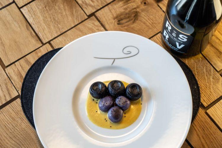 Acini d'uva, gnocchi di patata viola, ricotta e mosto, diDavide Oldani