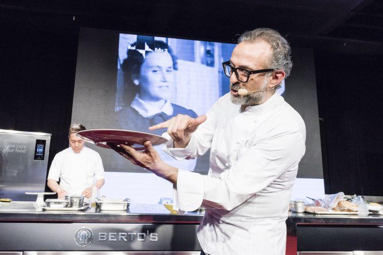 """Lo chef Massimo Bottura racconta il suo nuovo menu sul palco dell'Auditorium nella lezione dal tema """"Noi siamo gli Antichi"""""""