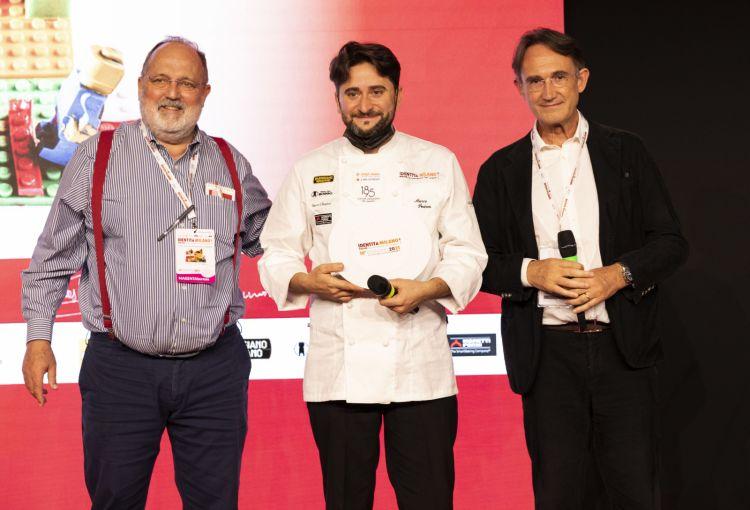 Per il premio Creatività in cucina, il pasticciere Marco Pedron di Cracco in Galleria. Premia Piero Gabrieli, direttore Marketing Petra® Molino Quaglia