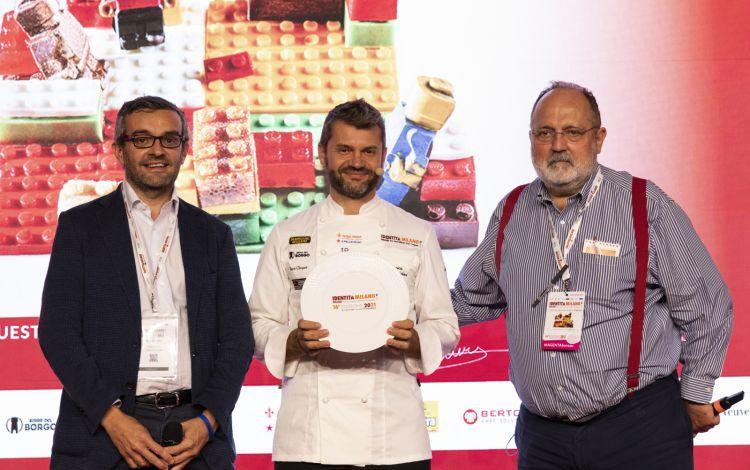 Enrico Bartolini riceve il premio Eccellenze lombardedalle mani dell'assessore regionale Stefano Bolognini e di Paolo Marchi