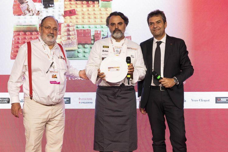 Per il premio Identità di cottura, lo chef Marco Stabile del ristorante Ora d'Aria di Firenze. Premia Mario Moretti, amministratore delegato di Moretti Forni