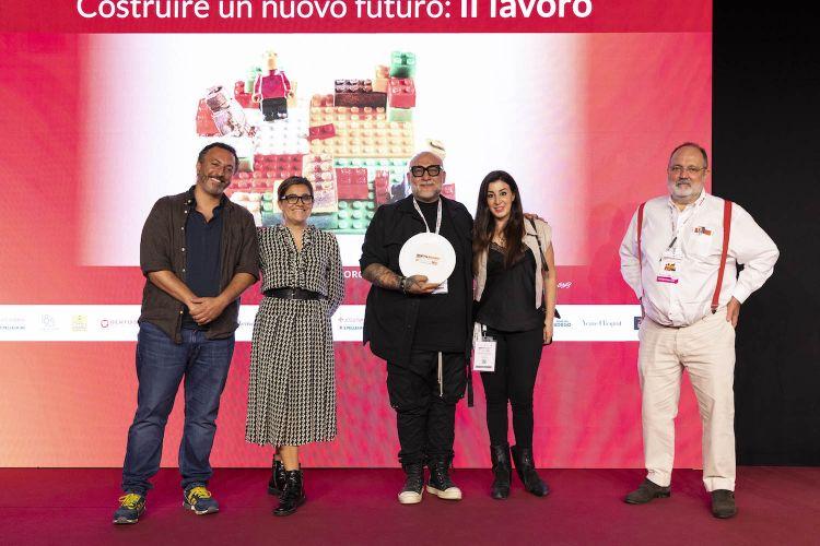 Per il premio Identità Birra, il maestro pizzaiolo Francesco Martucci de I Masanielli di Caserta. Premia Alessia Palmieri di Birra del Borgo
