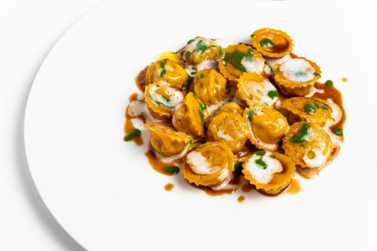 Davvero eccezionali questiCappelletti tradizionali chiusi al ferro, crema affumicata al Parmigiano 36 mesi, sugo d'arrosto. Bella la pasta, delizioso il ripieno, perfetto il bilanciamento dato dalla crema di prezzemolo e dalla crema di Parmigiano affumicato