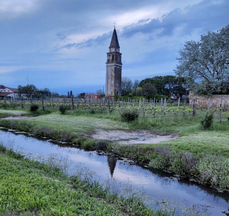 Venissa al tramonto. Il wine resort di Mazzorbo - proprietàdi maggioranza diGianluca Bisol- comprende anche le belle stanzedi Casa Burano, nell'isola attigua