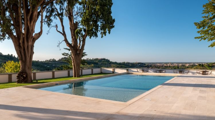 La piscina e, sullo sfondo, la vista suCesena