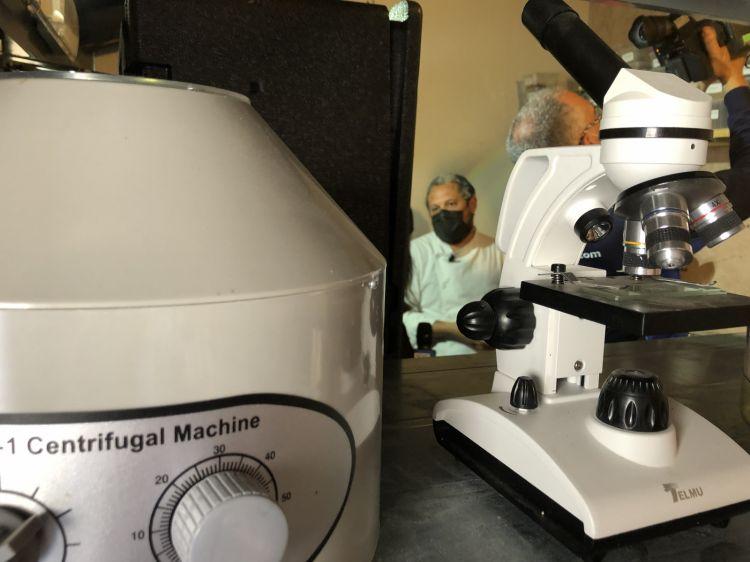 Brutto tra gli arnesi infernali del suo lab: ci sono tutti i macchinari tranne il Roner. «Non lo usiamo perché chiama troppa plastica». Seguite le loro evoluzioni fermentative sull'account instagram @fer_menti