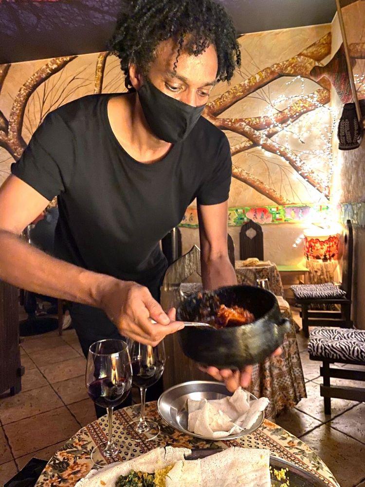 """Pollo e uova sode immerse in sugo di pomodoro al berberè: è il """"secondo giro"""" che arricchisce ulteriormente lo Zighinì di carne al Savana eritreo"""