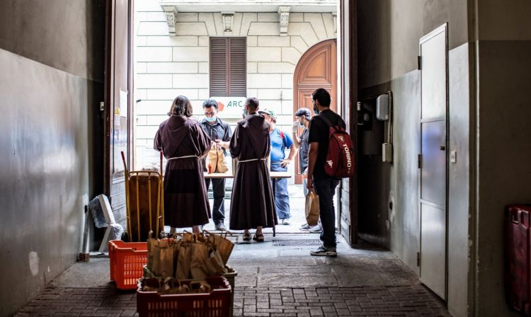 La distribuzione dei pasti dai Frati Minori