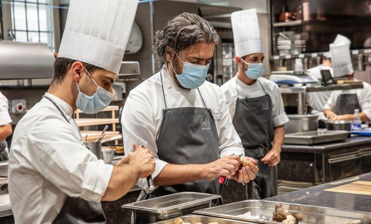 Matteo Baronetto al lavoro con la sua brigata per Cucine Solidali