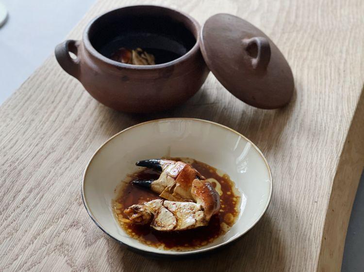 Gransoporroin cocotte Il granciporro (gransoporro in dialetto) è cotto nella cocotte con burro, aglio e rosmarino, come vuole la tradizione. Maal piatto viene unito infine del sugo d'arrosto. Un'accortezzamagnifica
