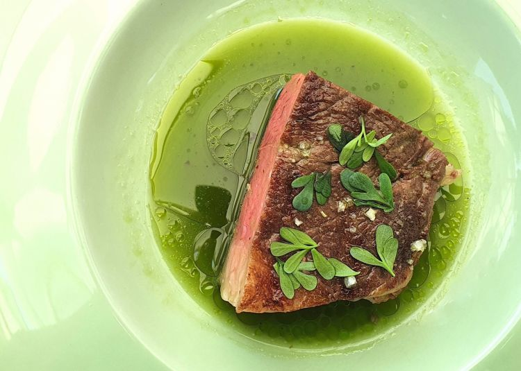 Grilled ribs in broth: the dish of the year atIdentità Golose 2020is fromRiccardo Camanini. The meat is fromVarvara