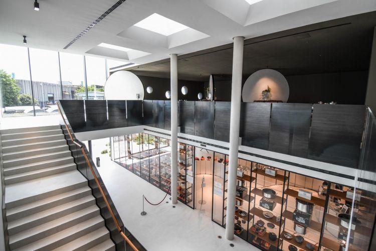 Il ristorante al primo piano, lo showroom di Pentole Agnelli a pianterreno