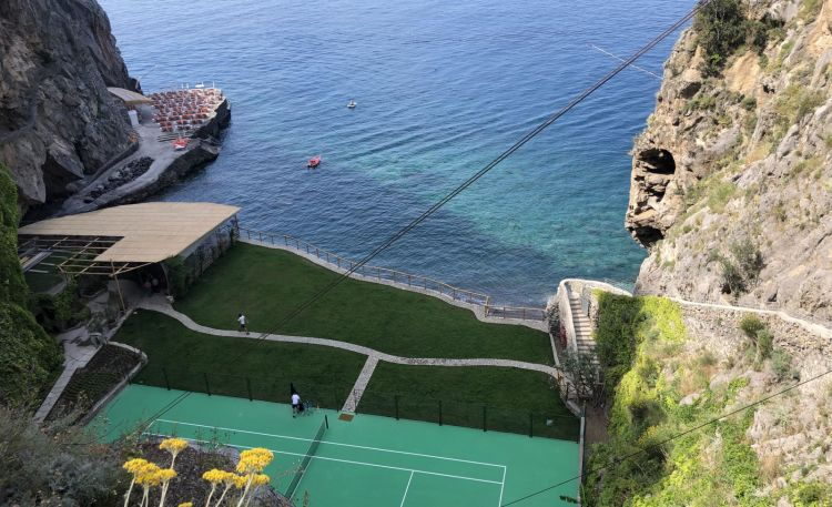 Il campo da tennis e, in fondo a sinistra, il Solarium