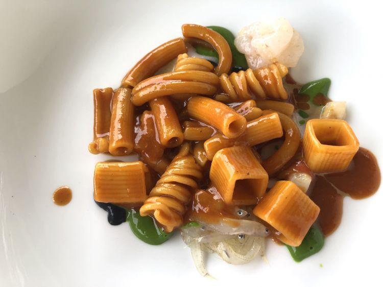 """La Zuppiera Dopo un intermezzo con un calice rinfrescante di acqua aromatizzata con Ratafià, sale di Cervia e vermouth rosso, ecco il piatto forte del primo menu degustazione. Di fatto, è laversione difabiana delle Virtù teramane, espressione dei natali del cuoco abruzzese. Una pasta mista di 7 formati è cotta con un brodetto di pesce e riposta in una zuppiera. Il piatto di portata accanto arrivainvece con """"quel che abbiamo trovatodi fresco al mercato del pesce"""": canestrelli, bianchetti, mormora, gambero rosa, salsa di cozze, prezzemolo e canocchie."""