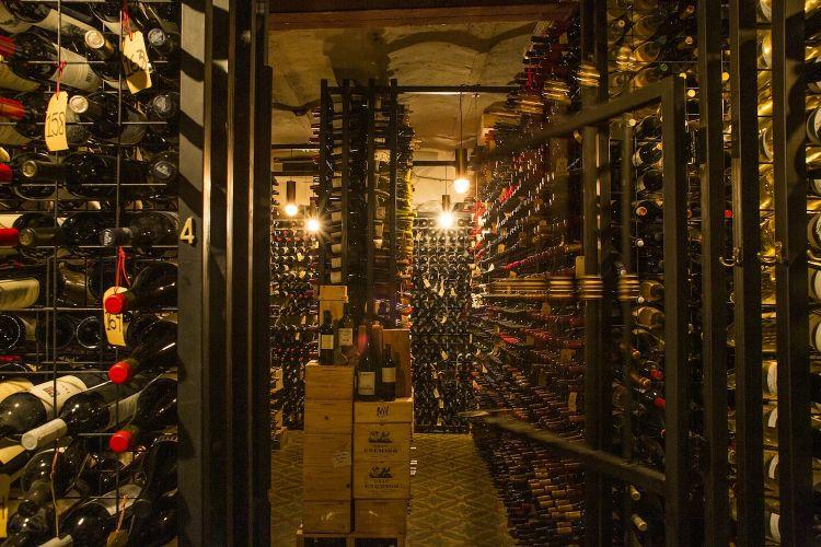 La wine cellar di Don Julio merita un articolo a parte: 20mila etichette, un archivio storico dell'enologia argentina con bottiglie che risalgono agli anni Venti