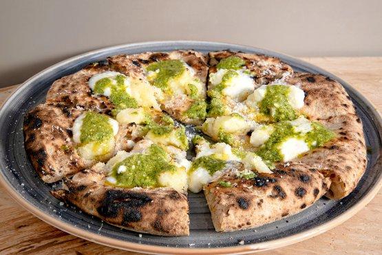 Pizza tonda con patate, pesto Rossi di Genova e crescenza