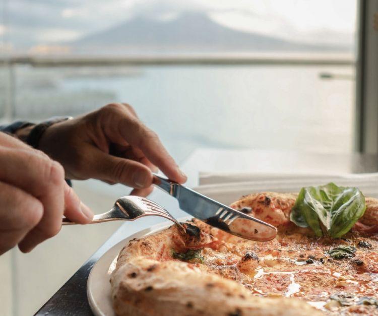Pizza con la vista che si gode dal Malandrino
