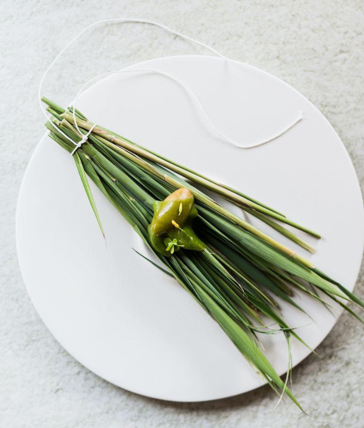 Pre-dessert: Sorbetto di acetosa con cannavera (cannuccia dipaludedolce o phragmites australis) e panna montata. Nel team c'è un nuovo pasticciere,Gianluca Greco. «Così», spiegano i due cuochi,«per noi è molto più semplice»