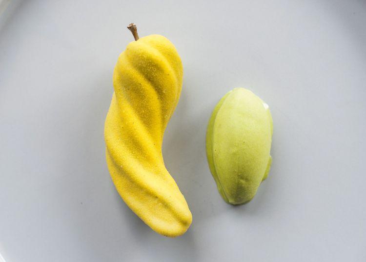 Angriolo, un neologismo coniato da Brutto con annesso storytelling divertente: «Nel Seicento, un'imbarcazione veneziana fa rotta su Cipro. Un naufragio li costringe a una sosta sulle coste della Dalmazia. Rompono l'albero maestro, che sostituiscono con un albero locale. Arrivati a Cipro, l'alberosi ibrida con una specie di pesca-limone locale. L'angriolo è il frutto che ne nasce. Una specie di cetriolo-banana ora acerbo, che nei prossimi mesi cambierà gusto e colore». Accanto a un sorbetto di pepe, c'è questa specie di cetriolo-banana dal calco disegnatoconstampante in 3D. Al momento è ripieno di bietola, coste di bietola candite con basilico e mela verde. Una mousse senza uova, panna, latte. Èmolto piacevole,grassa ma non grassa