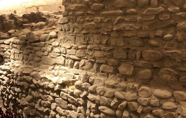 Negli scavi per ampliare la cantina del locale, sono stati ritrovati resti di mura medioevali. La cantina conta già su 500 etichette, in equilibrio tra Francia, Italia e Romagna/Marche