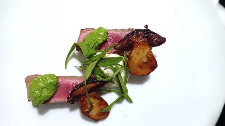 Vitella del Sannio allo spiedo, con rucola, Parmigiano e funghi porcini