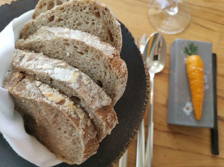 Pane con farina di quinoa, teff, castagna, riso integrale e psyllium, servito come portata e non come accompagnamento, con burro alla carota