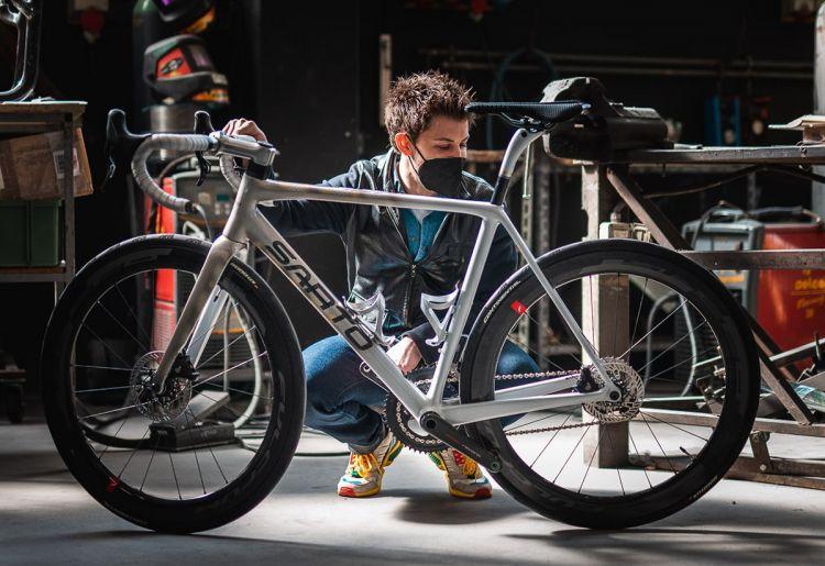 Lorenzo Cogo con la bicicletta frutto della sua collaborazione con l'azienda veneta Sarto