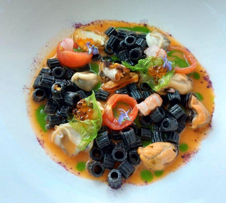 Paternostri al nero di seppia con ristretto di crostacei e frutti di mare