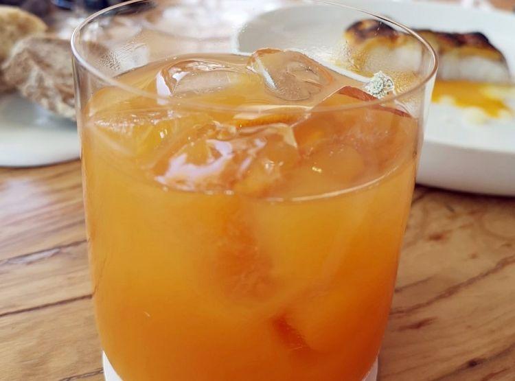 Dalla proposta di abbinamenti non alcolici di Mirazur: Kombucha al tè nero di Kruda, zenzero, sciroppo di pesca. Delizioso e rinfrescante