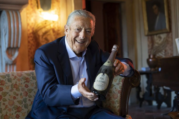 Franco Ziliani stringe una bottiglia diPinot di Franciacorta 1961, antesignano del Franciacorta