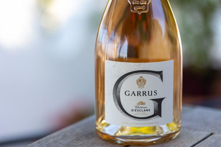 Garrus diChâteau d'Esclans, unrosato che stupisce per la trasformazione di mosto fiore in eleganza, sentori di pesca, frutti di bosco efiori d'arancio. Un sorso cremoso con lievi note di vaniglia, figliedel rovere francese