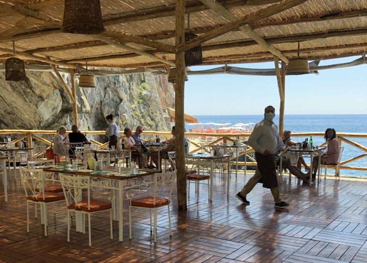 Carlino: il ristorante easy fronte-mare del San Pietro. Prende il nome dal fondatore dell'hotel Carlo Cinque, che aprì agli ospiti il 29 giugno 1970, festadeisantiPietro e Paolo