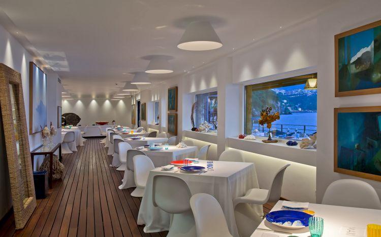 La sala del ristorante Maxi di Capo La Gala