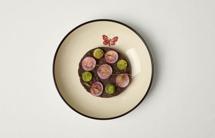 Tostada di mais viola, piatto simbolo di Karime Lopez: palamita marinata con tostada di mais viola