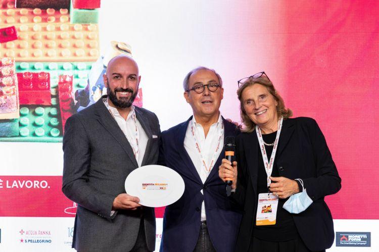 Massimo Raugi riceve il premio Identità di Sala 2021daCristina Franceschetti eAlessandro GuididiCaraiba LuxuryFoto Brambilla/Serrani
