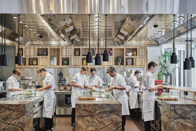 La brigata di cucina al lavoro