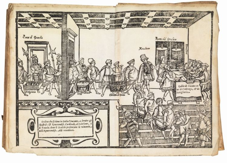 """Procedure per servire cibi e bevande ai cardinali durante un Conclave. L'illustrazione è tratta dalle Opera(1570) di Bartolomeo Scappi. Vi si legge: """"Ordine che si tiene in Sedia Vacante, à servire gli illustriss. et reverendiss. cardinali al Conclave, sì di tavola, dove gli scalchi presentano le vivande delli Reverensiss. alli reveditori"""", ossia agli ispettori. Tali """"vivande"""" sono""""robbe di cucina, come di credenza, et di botigliaria"""". Si vedono sulla sinistra i soldati sorvegliare l'entrata in una stanza di portatori di cibo """"in delivery"""", guidati da un mazziere, per poi lasciarlo su un tavolo dove sono accomodati appunto i """"riveditori"""", gli ispettori. Dietro di loro si scorgono due ruote attraverso le quali gli alimenti sarebbero giunti alfine ai cardinali riuniti"""