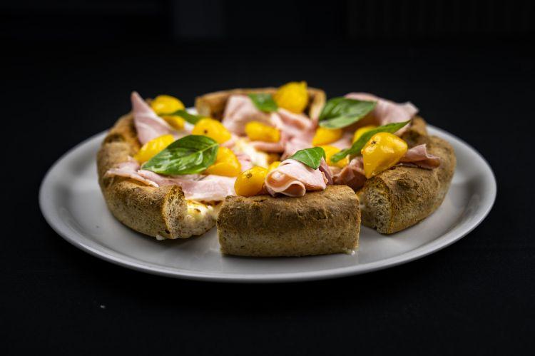 Pizza al padellino con pomodorini gialli, prosciutto cotto selezione Branchi, provola affumicata e cipolla caramellata