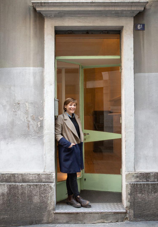 Antonia Klugmann di fronte all'ingresso del suo nuovo punto vendita triestino (fotoNika Furlani)